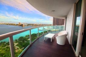 Balcon avec vue sur la baie. Superbe résidence 1800 Clu